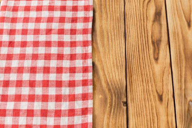 Avec une table en bois vide avec nappe Photo Premium