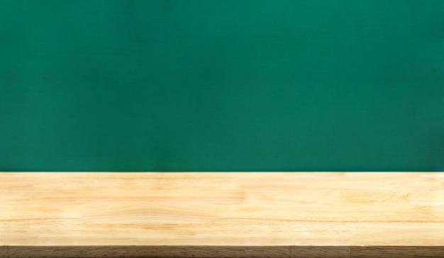 Table en bois vide et tableau vert Photo Premium