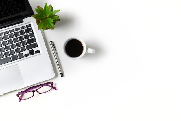 Table De Bureau Blanc Avec Ordinateur Portable Photo Premium