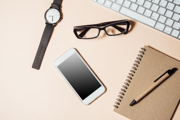 Table de bureau blanche avec beaucoup de choses dessus. vue de dessus avec espace de copie Photo Premium