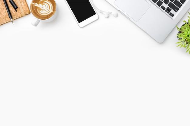 Table de bureau blanche avec beaucoup de fournitures. Photo Premium