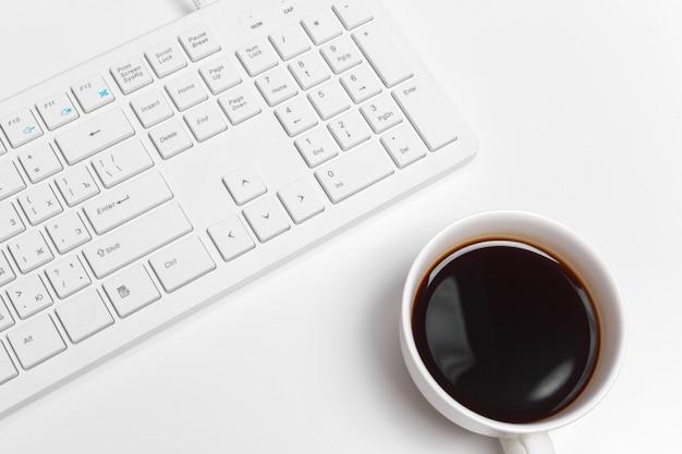 Table de bureau blanche moderne avec clavier et fournitures. vue de dessus avec espace de copie, pose à plat. Photo Premium