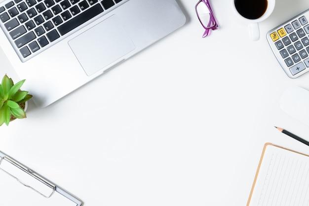 Table De Bureau Blanche Avec Ordinateur Portable Photo Premium