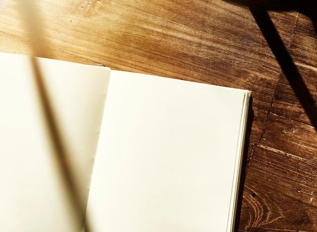 Table de bureau en bois pour carnet blanc Photo gratuit