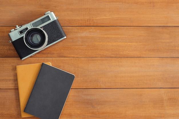 Table de bureau en bois avec vieux appareil photo et ordinateur