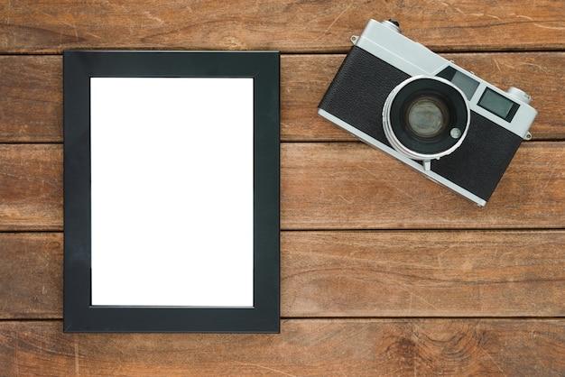 Table de bureau bureau en bois avec vieux modèle de caméra et