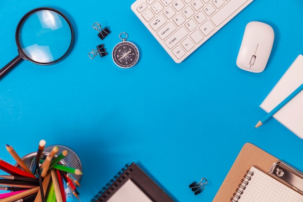 Table de bureau de bureau des objets de travail et d'affaires Photo Premium