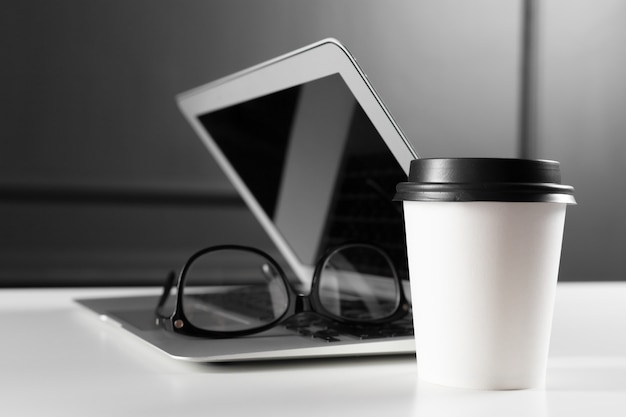 Table de bureau en cuir avec ordinateur, fournitures Photo Premium