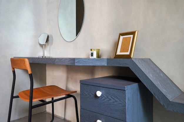Table et bureau de design d'intérieur dans le salon de la maison Photo Premium