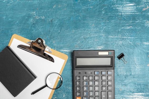 Table de bureau avec fournitures et calculatrice se bouchent Photo Premium
