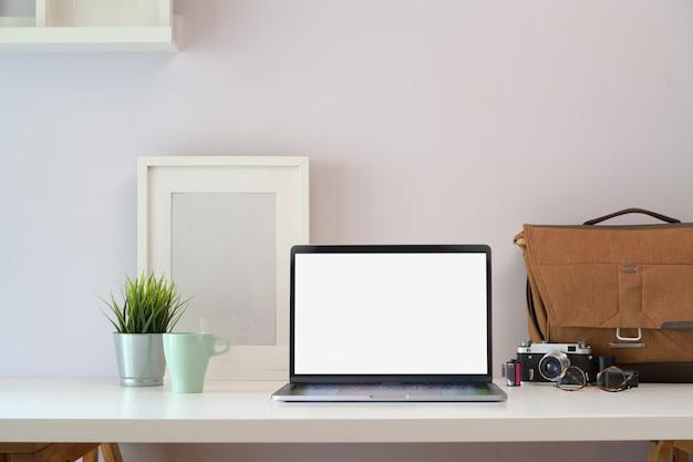 Table de bureau loft en bois blanc avec fournitures pour ordinateur portable et photographe Photo Premium