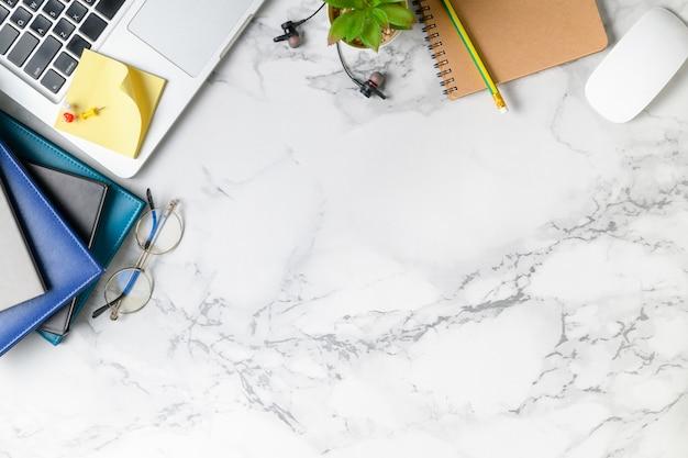 Table de bureau moderne en marbre avec ordinateur portable, autres fournitures Photo Premium