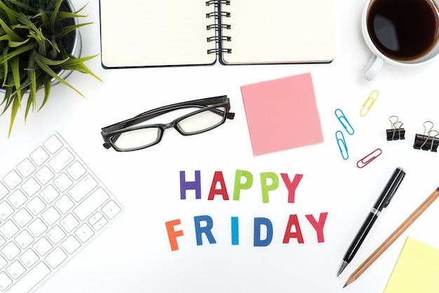 Table de bureau avec mot heureux vendredi Photo gratuit