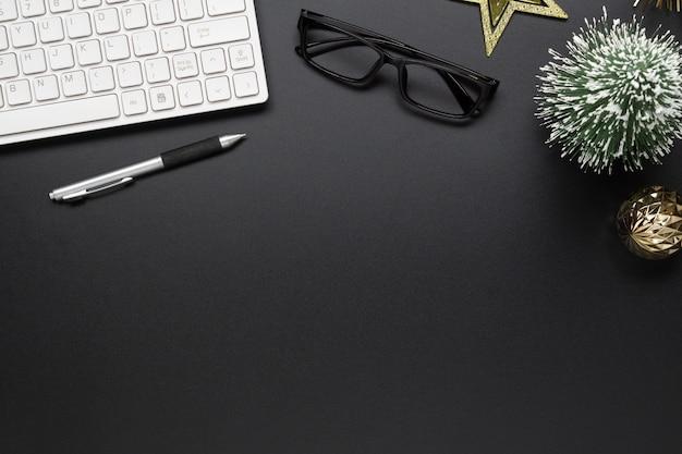 Table de bureau noire avec ornements de noël Photo Premium