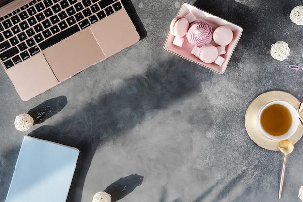Table de bureau avec outils de bureau, pose à plat et vue de dessus Photo Premium