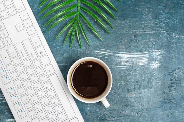 Table de bureau avec papier, clavier d'ordinateur et fournitures se bouchent Photo Premium