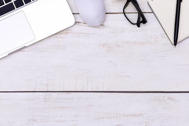 Table de bureau plat laïque du lieu de travail moderne avec ordinateur portable Photo Premium