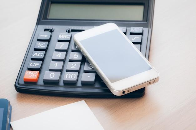 Table de bureau avec smartphone et fournitures se bouchent Photo Premium