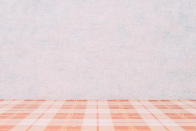 Table à carreaux près du mur Photo gratuit
