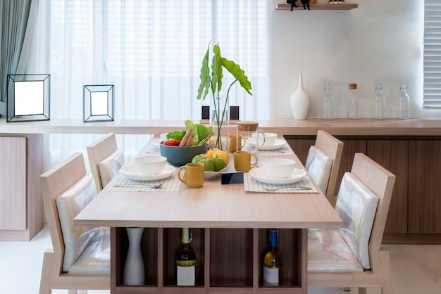 Table et chaise en bois dans la salle à manger moderne à la ...