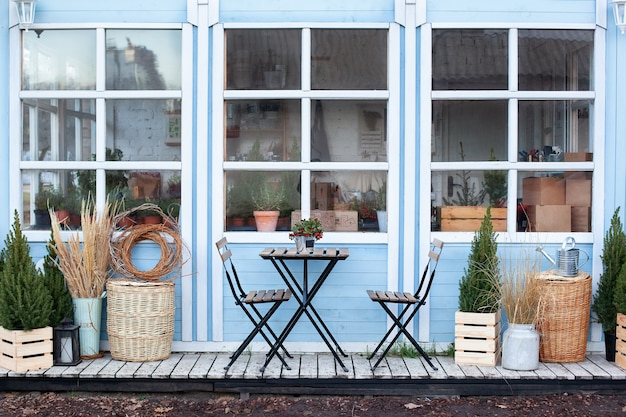 Table Et Chaises En Bois Sur La Véranda De La Maison. Café De Rue Extérieur Avec Mobilier. Photo Premium