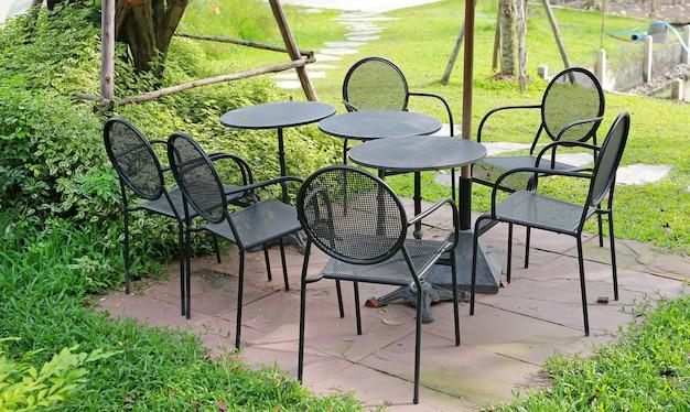 Table circle sertie d'une chaise en aluminium dans le jardin Photo Premium