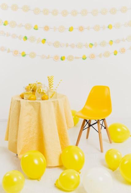 Table Avec Citrons Et Chaise Photo gratuit