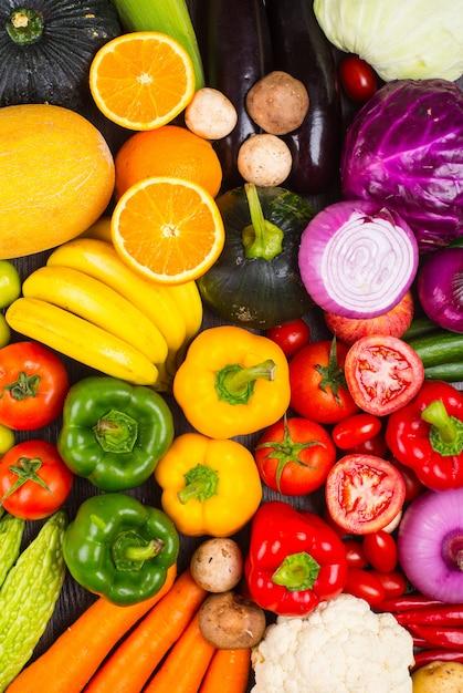 Table complète de légumes et de fruits Photo gratuit