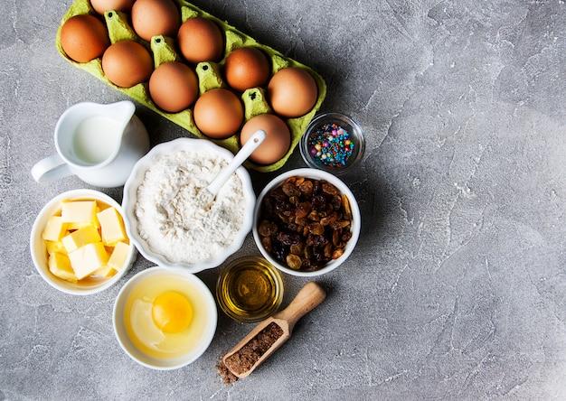 Table de cuisine avec des ingrédients de cuisson Photo Premium