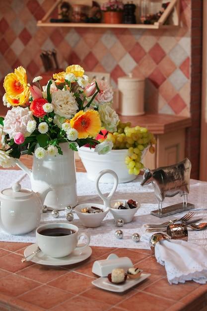 Table Dans La Cuisine Avec Vaisselle Photo Premium