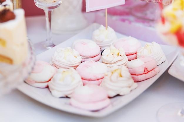 Table décorée avec des bonbons pour les invités de la cérémonie. Photo Premium