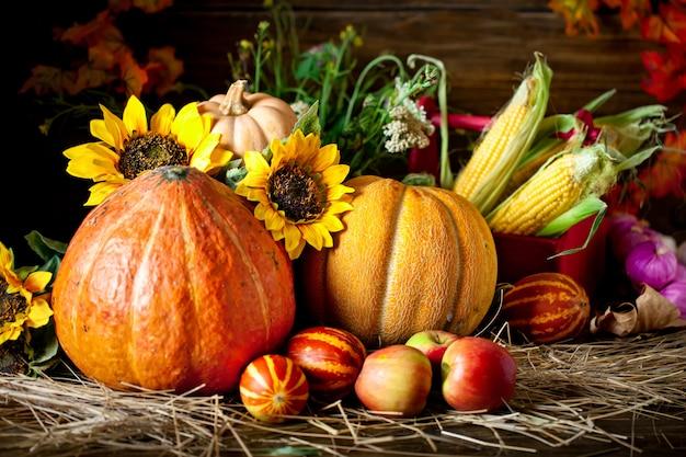 La table décorée de fruits et légumes Photo Premium