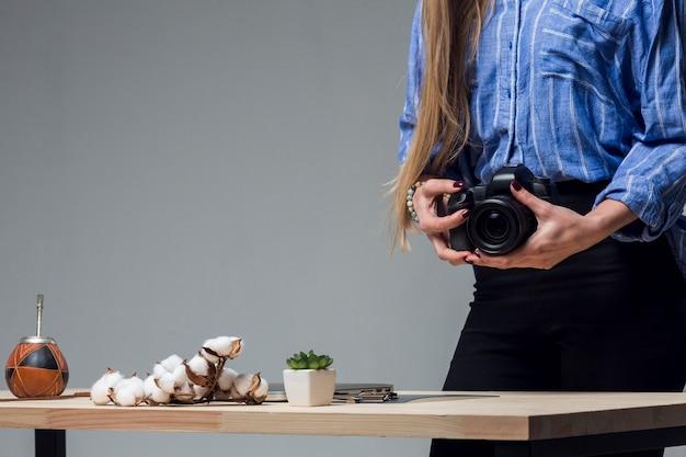 Table, à, Délicieux, Nourriture, Et, Tenue Femme, Appareil-photo Photo gratuit