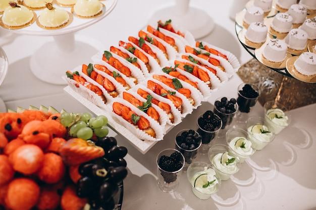 Table de dessert décorée de mariage dans un restaurant Photo gratuit