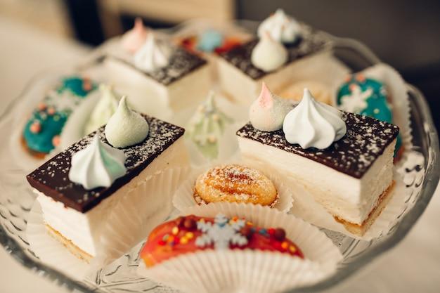 Table à dessert pour une fête. gâteau ombre, cupcakes. bar à bonbons Photo Premium