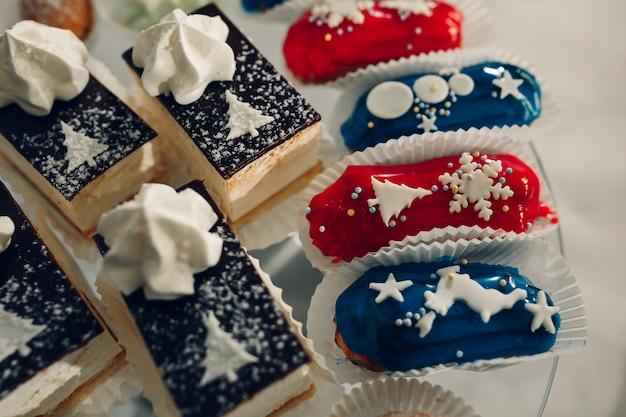 Table à dessert pour une fête. gâteau ombre, petits gâteaux. bar à bonbons Photo Premium