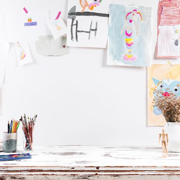 Table à dessin avec des peintures d'enfants Photo gratuit