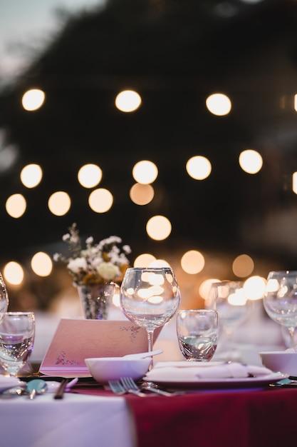 Table à dîner, verres vides dans restauran Photo Premium