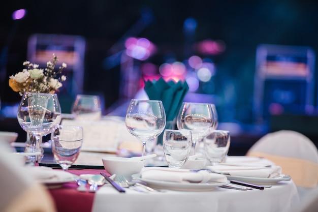 Table à dîner, verres vides dans le restaurant Photo Premium