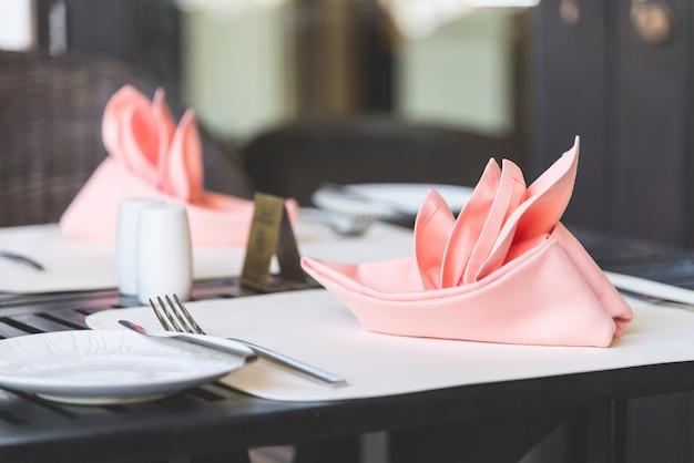 Table dressée pour le dîner Photo gratuit