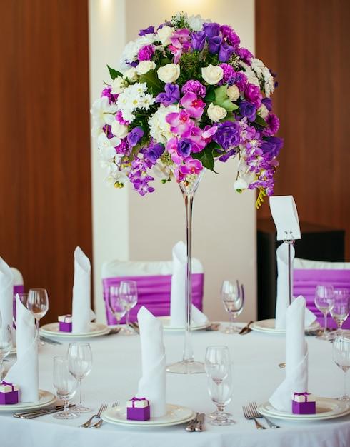 Table dressée pour un mariage ou un autre dîner de traiteur. Photo Premium