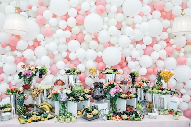 Table élégante et riche avec des bonbons et des fruits pour les invités Photo gratuit