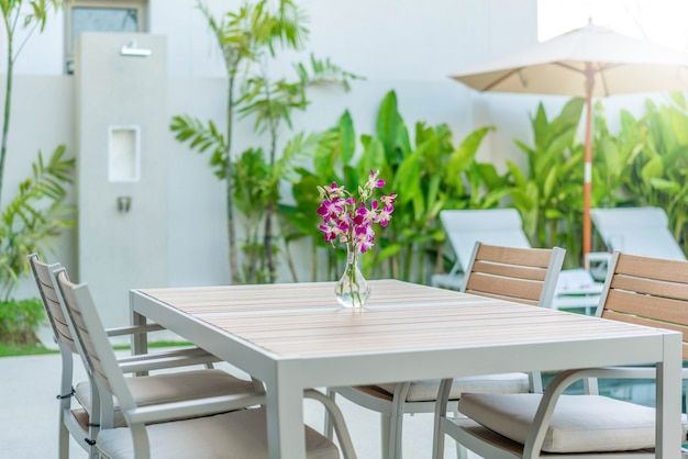 Table d'extérieur design avec lit de bronzage ou chaise longue piscine Photo Premium