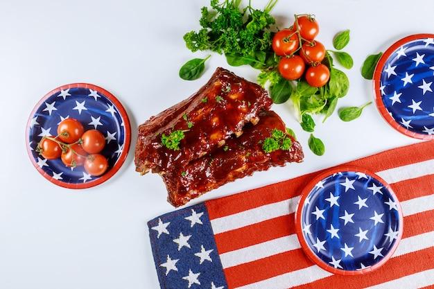 Table De Fête Avec Côtes Levées Et Drapeau Américain. Photo Premium