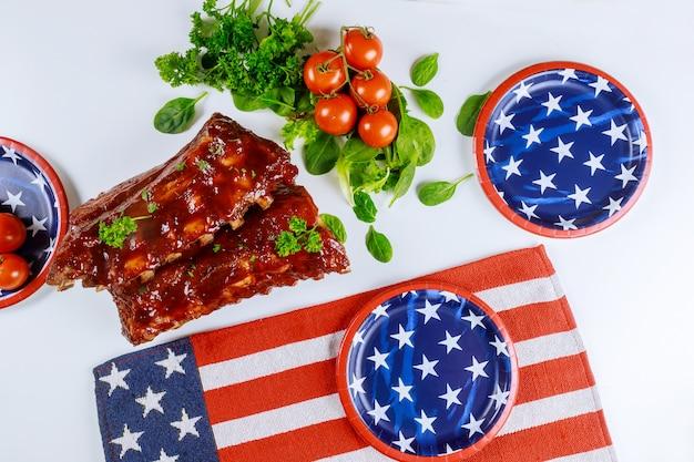 Table De Fête Festive Avec Côtes Et Légumes Pour Les Vacances Américaines. Photo Premium