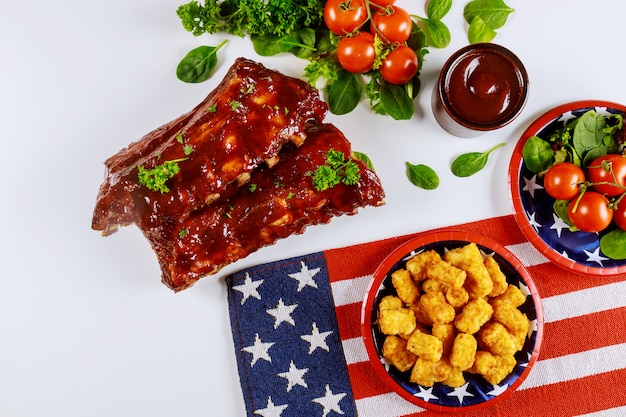 Table De Fête Festive Avec Pomme De Terre, Côtes Et Légumes Pour Les Vacances Américaines. Photo Premium