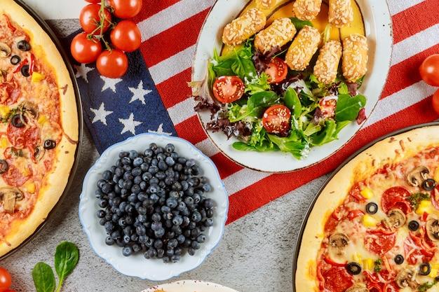 Table De Fête Memorial Day Avec Une Cuisine Délicieuse Pour Les Vacances Américaines. Photo Premium