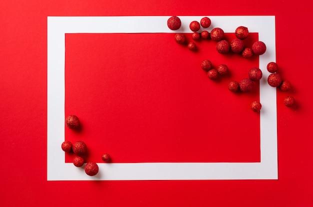 Table De Fête De Noël. Cadre Blanc Avec Des Décorations De Noël Rouges Sur Table Rouge. Place Pour Le Texte. Vue De Dessus Photo Premium