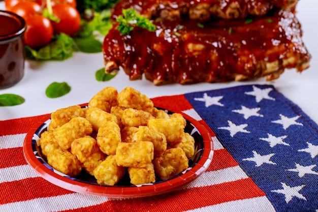 Table De Fête Avec Pommes De Terre Frites Et Côtes De Boeuf Pour La Journée Des Anciens Combattants. Photo Premium