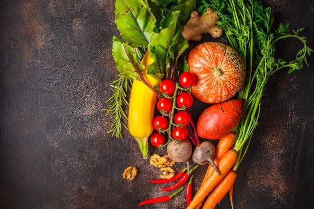 Table de légumes d'automne. citrouille, courgettes, patates douces, carottes et betteraves sur une table sombre. Photo Premium